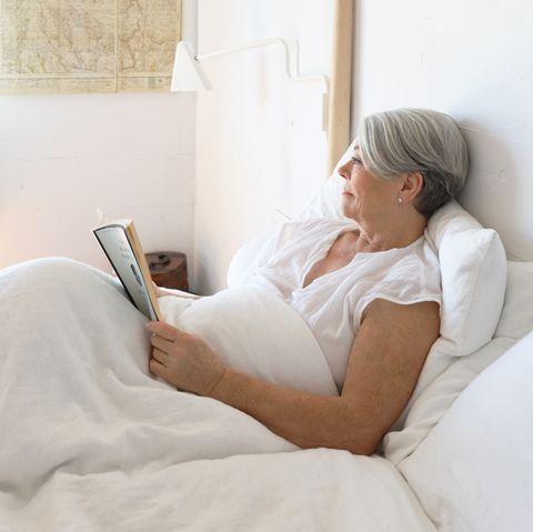 Comfort, Skin, Bed sheet, Bedding, Furniture, Pillow, Shoulder, Sitting, Room, Linens,