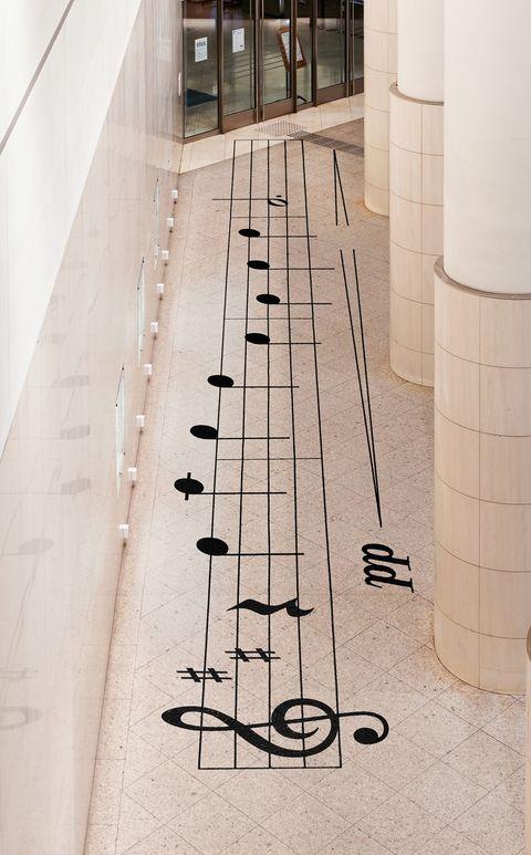 社交距離不寂寞!日本設計nosigner打造五線譜防疫裝置,保持間隔踏出美妙樂音