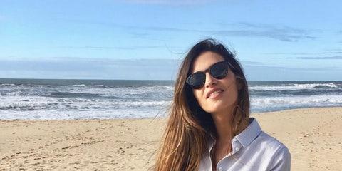 Sara Carbonero con camisa masculina