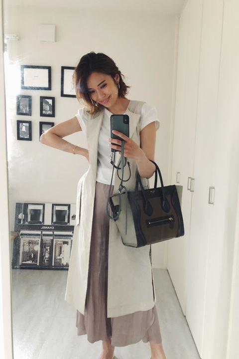 Shoulder, White, Clothing, Skin, Snapshot, Fashion, Joint, Bag, Dress, Handbag,