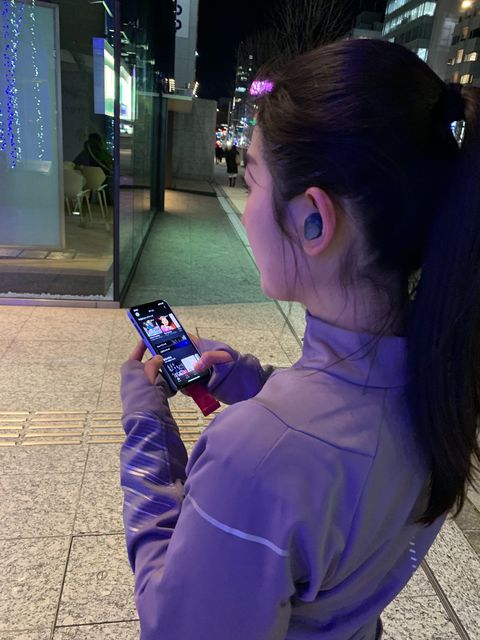 Hair, Purple, Hairstyle, Electric blue, Photography, Technology, Long hair, Electronic device, Black hair, Selfie,
