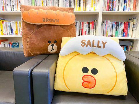 全家「line friends周邊」集點送!熊大懶人靠枕、莎莉毛絨毯、防水野餐墊⋯每款都好療癒喔