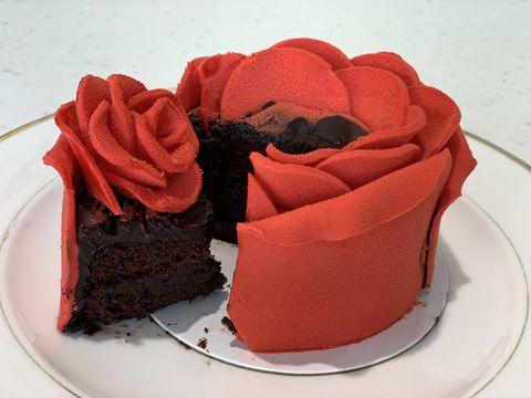 「情人節買顆藝術品般的紅玫瑰蛋糕吧!」跟閨密一起過浪漫的單身情人節