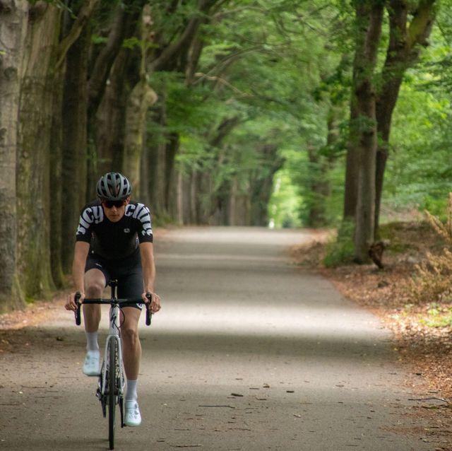 bicycling fietser in het bos