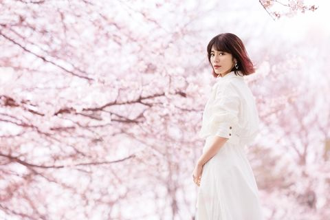 People in nature, White, Pink, Skin, Beauty, Spring, Dress, Blossom, Shoulder, Flower,
