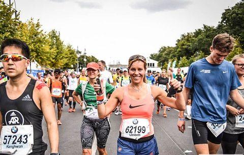 vrouw finish marathon berlijn