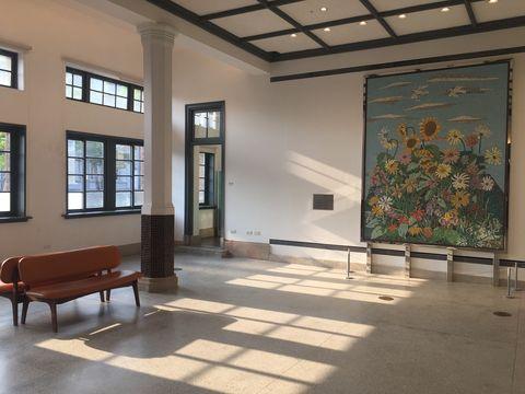 古蹟的修復和重生,一直是台南最美麗之處。台南市美術館1館,是以近90年歷史的臺南市警察署改建而成,和2館時髦的現代建築不同,1館保留著當年折衷主義裝飾藝術式樣 art deco的風格特色,在1館除了欣賞歐式典雅的建築設計外,名模林志玲舉行婚禮派對的中庭也是必訪之地。