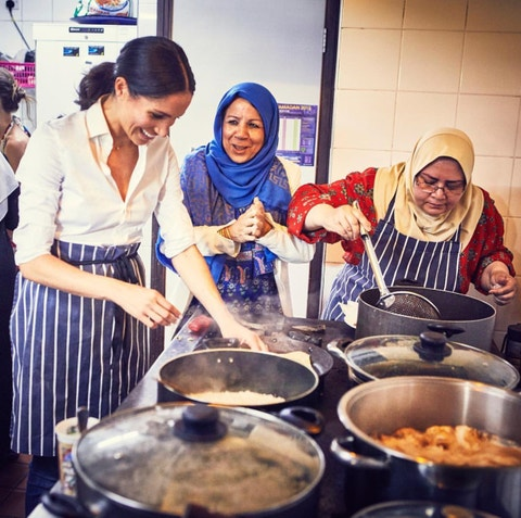 Meghan Markle cocinando solidaria