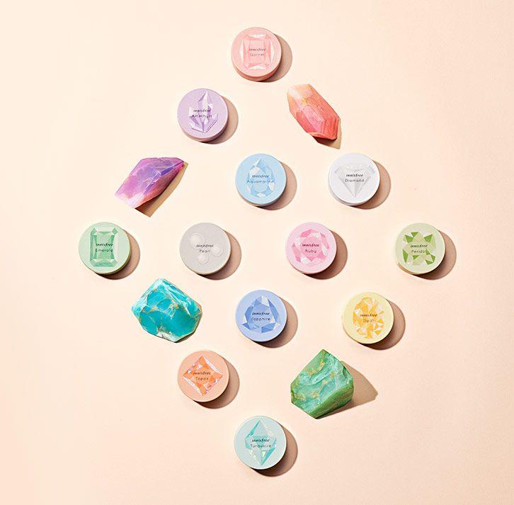 每個月份的誕生石,依序是:1月石榴石、2月紫水晶、3月海藍寶石、4月鑽石、5月祖母綠、6月珍珠、7月紅寶石、8月橄欖石、9月藍寶石、10月蛋白石、11月黃水晶、12月藍色托帕石。