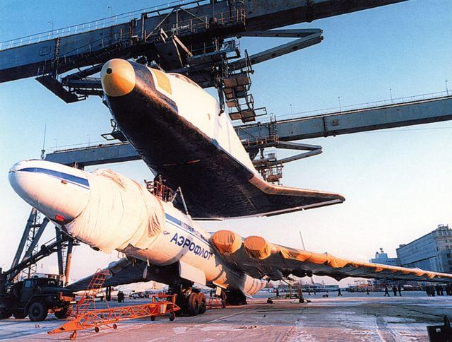 O foguete Buran é instalado usando um dispositivo de acoplamento. A NASA usou um dispositivo semelhante para carregar o ônibus espacial no topo de um Boeing 747.