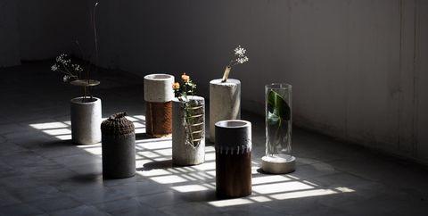 Las 7 versiones del jarrón de Paola Sakr hechos con restos de construcción
