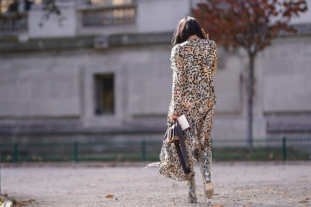 Chica vestida con prendas con animal print, imprescindible del otoño 2018
