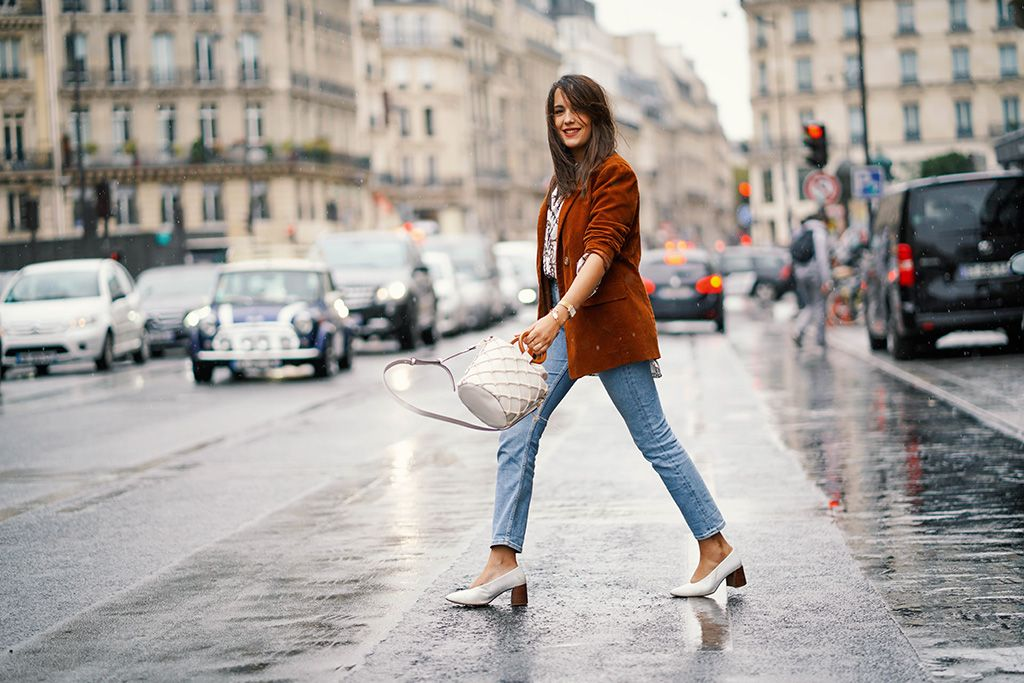 Chica street style con straight jeans, impresncindible del otoño 2018