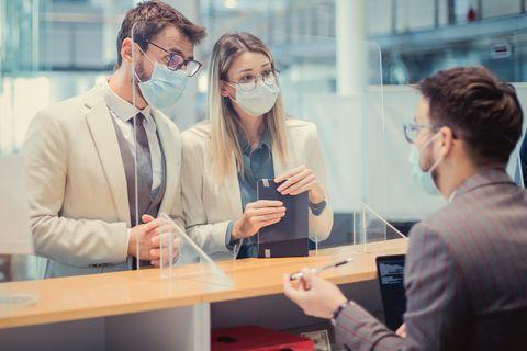 pareja en un banco para solicitar un credito