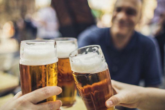 tres amigos brindando con cerveza