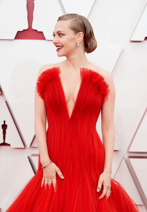 2021奧斯卡紅毯amanda seyfried 以紅色禮服現身