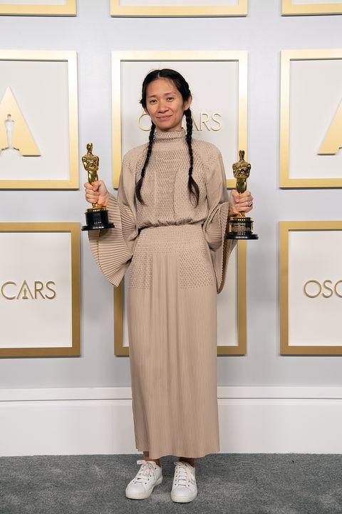 chloe zhao wint als eerste vrouw 2 keer de oscar voor beste regisseuse
