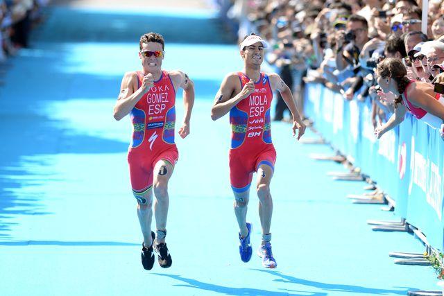 javier gómez noya y mario mola esprintan durante una prueba de las series mundiales de triatlón