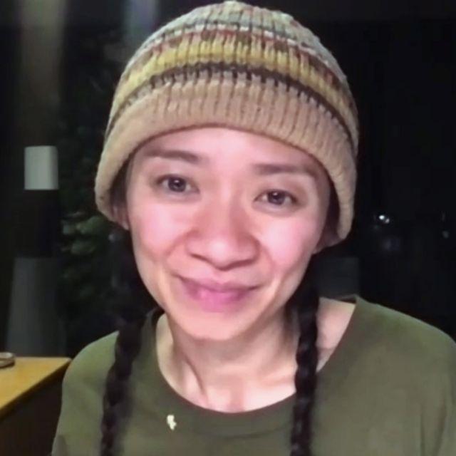 2月28日(現地時間)に開催された「第78回 ゴールデングローブ賞」。監督賞を受賞したのは、『ノマドランド』を監督した中国人女性のクロエ・ジャオ監督(38歳)。彼女の受賞は、ゴールデングローブ賞史上初のアジア系女性となり、そもそも女性の受賞者として2人目。ジャオ監督自身が語った、「受賞への想い」とは…?