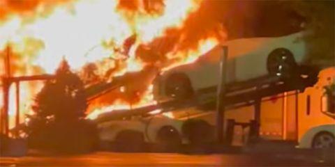 incendio de camion lleno de corvette c8