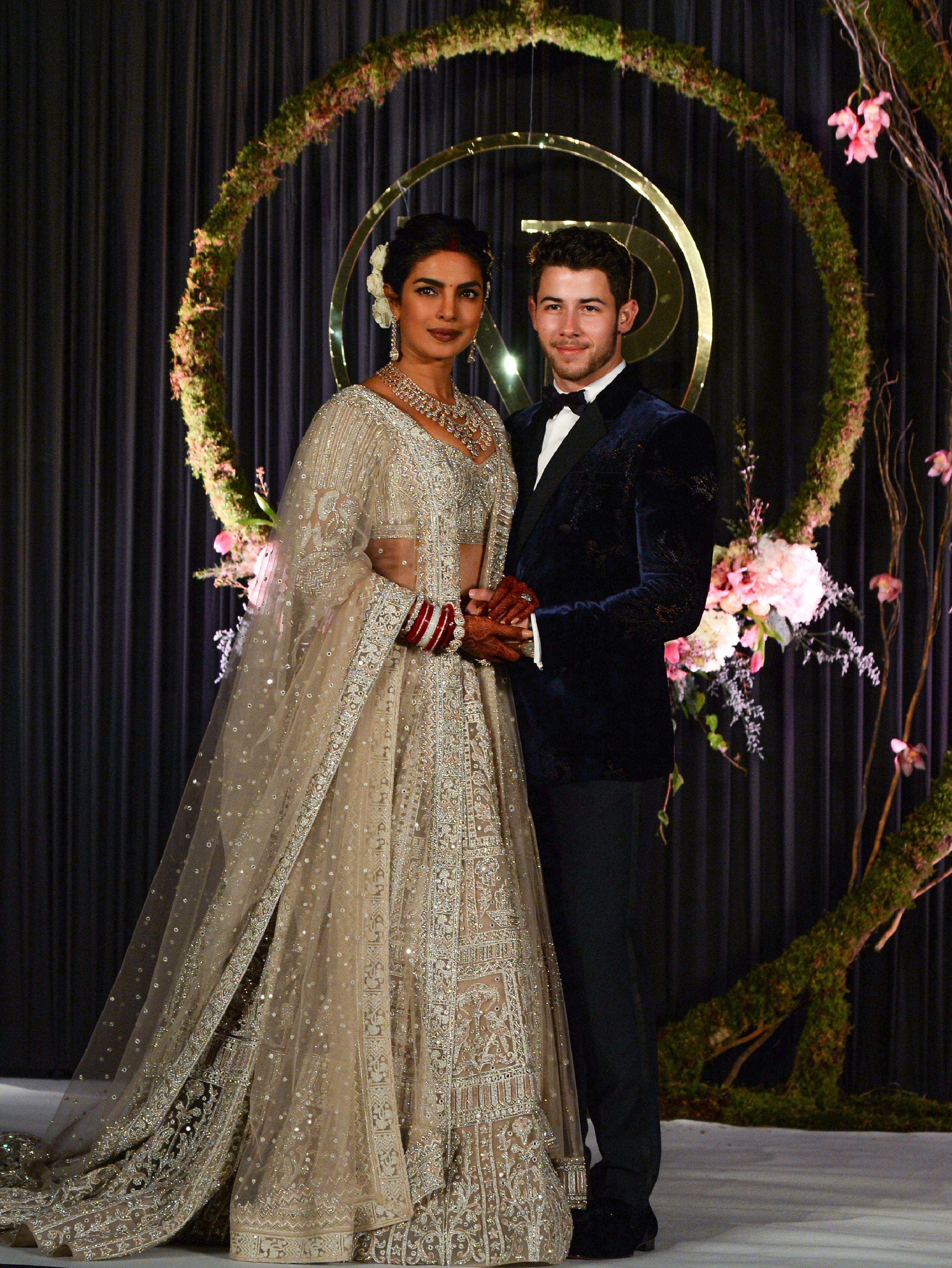 Priyanka Chopra dan Nick Jonas kembali melakukan resepsi pernikahannya (dok. Elle)