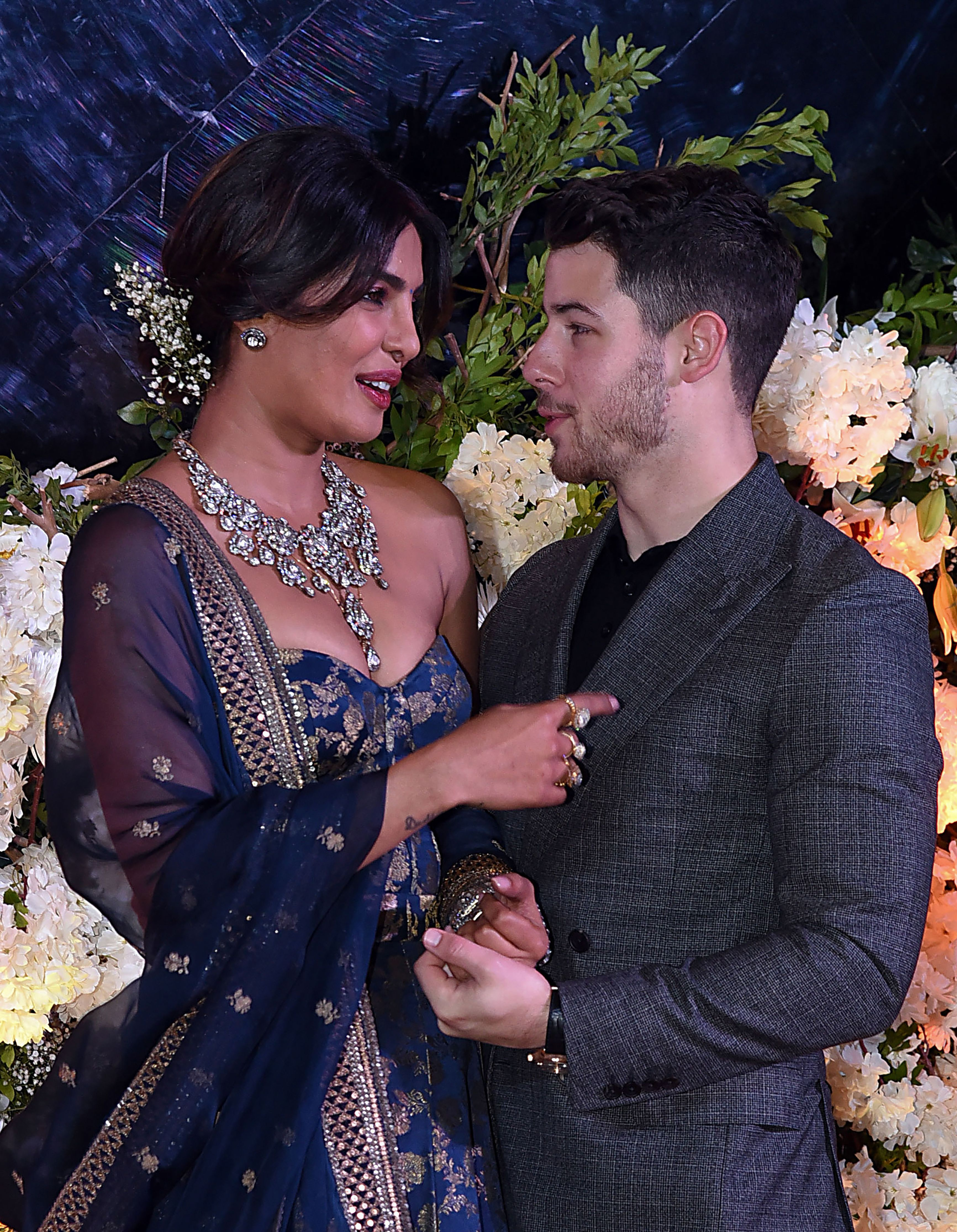 Penampilan Priyanka Chopra sangat memukau dengan kalung berlian super besarnya (dok. Elle)