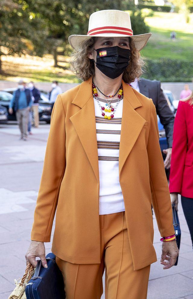 la infanta elena con traje naranja en el día de la hispanidad