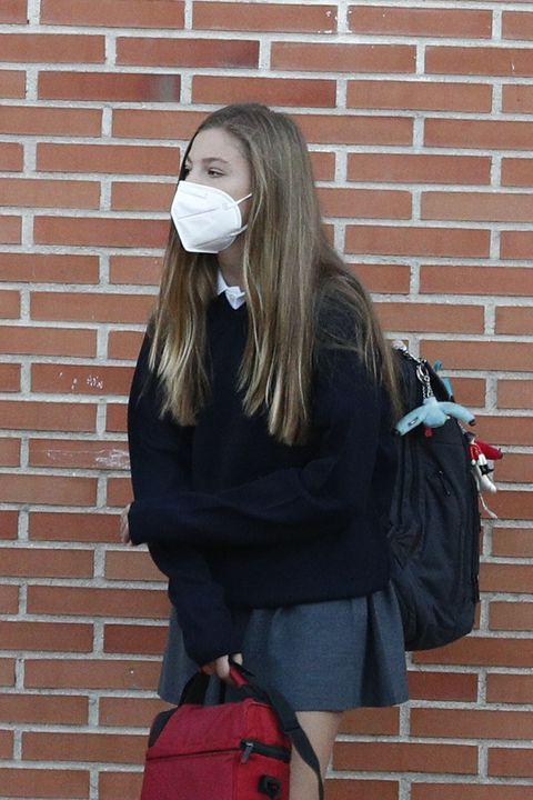 la hija menor de los reyes, con mascarilla y uniforme, llega a su colegio de madrid