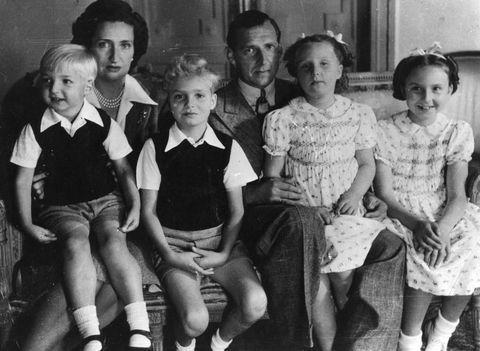 el infante juan carlos posando de niño con sus hermanos y padres