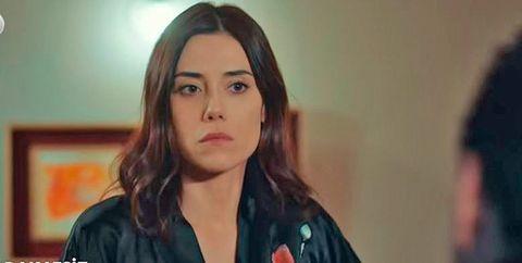 cansu dere, con bata de noche, caracterizada como asya, su personaje en la serie turca infiel