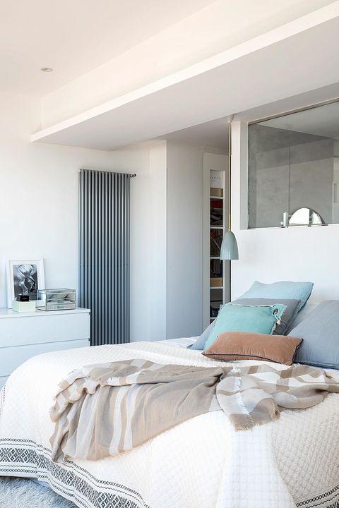 dormitorio con radiador de pared