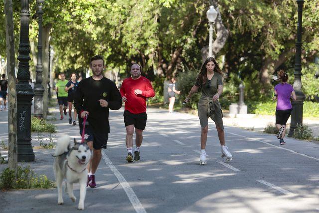 varios hombres y mujeres corren y patinan el 2 de mayo de 2020, el primer día que se permitía la actividad deportiva en la calle
