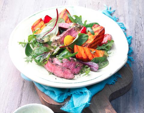 L'insalata di carne con patate dolci grigliate è il secondo piatto fresco e gustoso che darà un twist ai vostri menu estivi