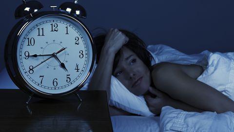 slaap slaapgebrek corona covid depressie wakker liggen slecht slapen nachtmerrie stress ziekte virus psychische gezondheid klachten lockdown avondklok slaapproblemen in slaap vallen thuiswerken jongeren huiswerk school