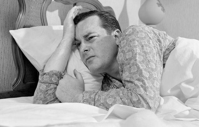 un hombre tiene dificultades para dormir en su primera noche en un hotel
