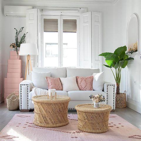 salón con sofá blanco con tachuelas