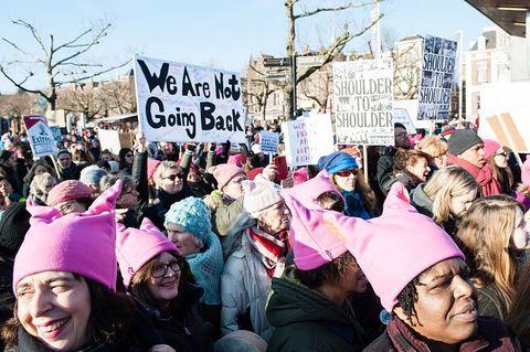 Vrouwen die een women's march lopen