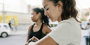 vrouw-kijkt-op-horloge-intervaltraining-hardlopen