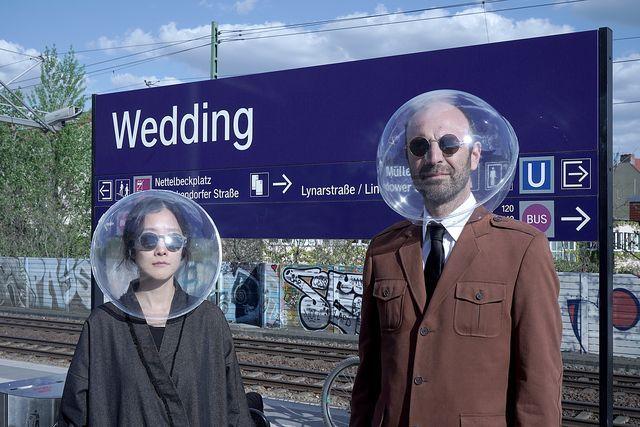 dos diseñadores de berlín han creado una alternativa imaginativa a las máscaras isphere es una esfera de plástico inflable diseñada especialmente para la pandemia del covid 19