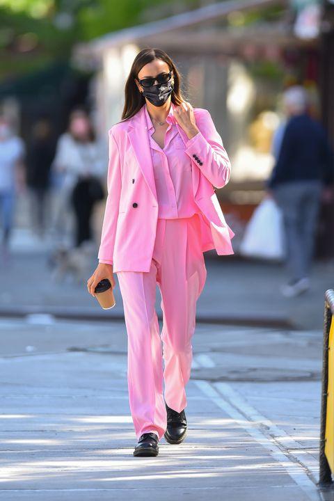 lirina shayk con un ook en rosa