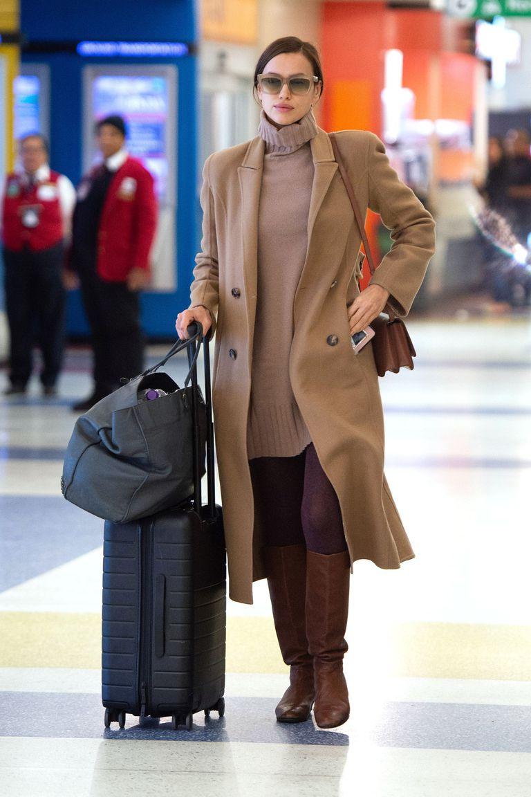Irina Shayk y el look para viajar más cómodo y calentito con vestido de  cuello alto 2e4fb913f1da