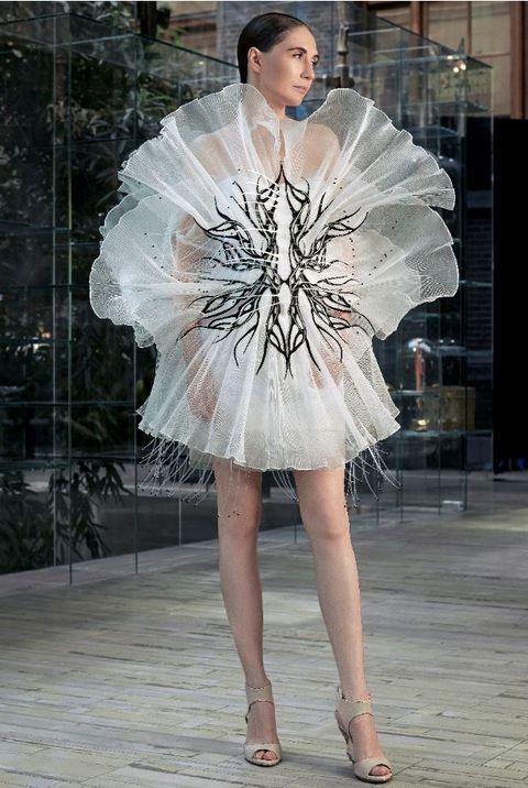 iris van herpen   transmotion dress   haute couture week   hoogtepunten   carice van houten