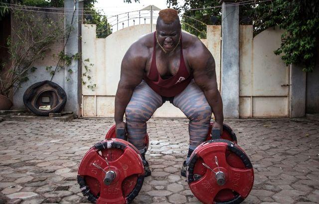 cheick ahmed al hassan sanou, conocido como iron biby, se prepara para levantar 300 kg durante un entrenamiento en burkina fasso