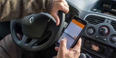conductor y telefono movil