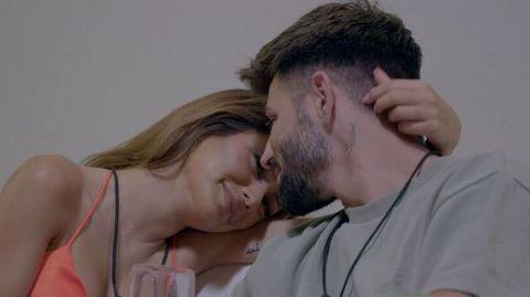 isaac y bela se dan un beso en 'la última tentación'