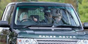 A sus 93 años, la reina Isabel II dejará de conducir su mítico Land Rover, por consejo de sus asesores. Su marido, ya lo hizo hace unos meses, tras un aparatoso accidente del coche del que salió ileso.