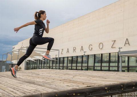 la atleta isabel macías corre por zaragoza tras el desconfinamiento