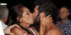Isabel Pantoja le planta un beso en los labios a Omar Montes