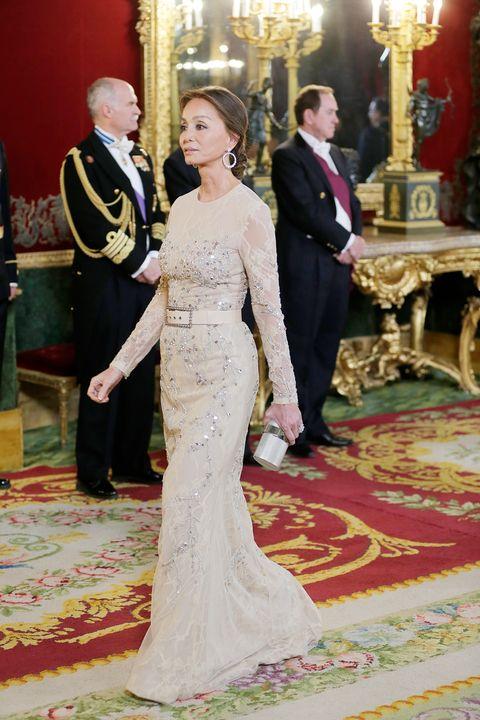 fa0d792d84 Isabel Preysler con vestido con transparencias y brillantes en la cena de  gala en el Palacio