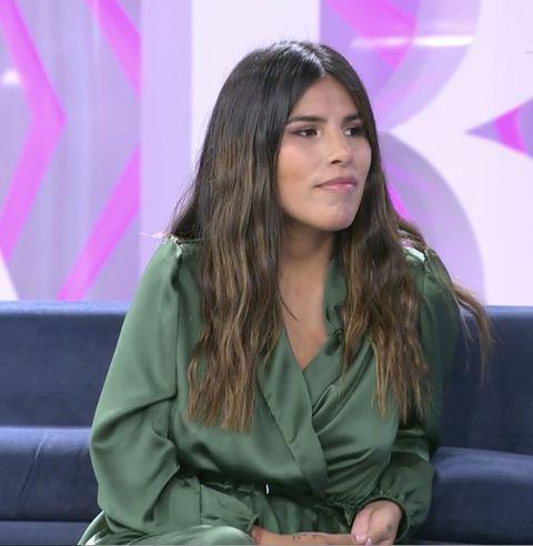 la hija de isabel pantoja, con un conjunto en color verde, en el plató de 'el programa de ana rosa'